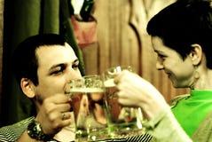 Tostando con la birra immagini stock libere da diritti