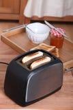 Tostar el pan para el desayuno Imágenes de archivo libres de regalías