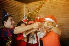 Tostar los vidrios de vino para la fiesta de Navidad Fotos de archivo libres de regalías