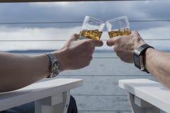 Tostatura del whiskey su ghiaccio Immagini Stock
