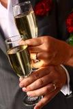 Tostatura dello sposo e della sposa Fotografie Stock