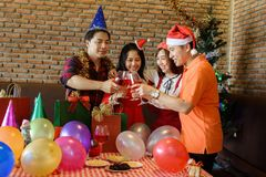 Tostatura per celebrare natale per le coppie Immagini Stock