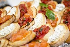 Tosti con burro, i pomodori ed il salmone con un ramoscello della menta Fotografia Stock Libera da Diritti