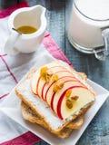 Tosti con formaggio, la mela ed i frutti secchi, prima colazione sana Fotografia Stock Libera da Diritti