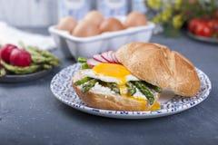 Tosti con l'uovo e l'asparago per il panino chiuso della prima colazione A Alimento sano Copi lo spazio fotografia stock