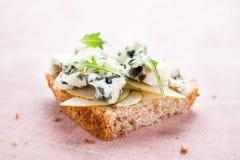 Tosti con la pera, il formaggio blu ed il arugula fotografie stock