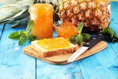 Tosti il pane con l'inceppamento casalingo dell'ananas o la marmellata d'arance sulla tavola ? servito con burro per la prima col immagine stock libera da diritti