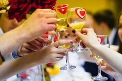Tosti il vino di vetro in mani un il gruppo di persone che celebrano Fotografie Stock Libere da Diritti