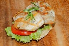 Tosti, pane del pane tostato, la scaloppina arrostita del tacchino, il pomodoro, la lattuga, ro Fotografie Stock