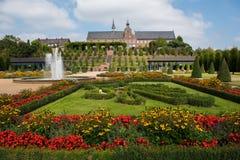 Tot bloei komende bloemen in openbaar park dichtbij klooster stock foto's
