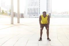 Tot slot eindig Sportieve Afrikaanse mens die na trainingexercis rusten stock afbeelding