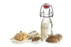 Tot ziens bericht in een fles die van glas tussen één of andere overzeese shell wordt gemaakt stock foto
