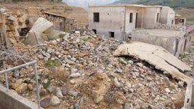 Totaal vernietigd huis in achtergelaten dorp, Kreta, Griekenland stock video