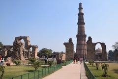 Total- sikt av Qutab den minar arkeologiska platsen i New Delhi, Indien royaltyfri bild