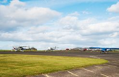 Total- sikt på arplains som parkeras på flygplats Royaltyfri Foto