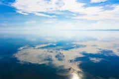 Totale bezinning van de blauwe hemel met wolken in het meer van het Meer Pamvotida van Ioannina Stock Afbeeldingen