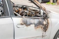 Totale schade op nieuwe dure gebrande auto in brand op het parkeerterrein, selectieve nadruk royalty-vrije stock foto