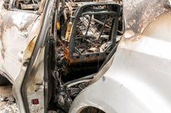 Totale schade op nieuwe dure gebrande auto in brand op het parkeerterrein, selectieve nadruk stock afbeelding