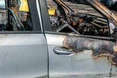 Totale schade op nieuwe dure gebrande auto in brand op het parkeerterrein, selectieve nadruk royalty-vrije stock afbeelding
