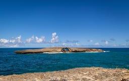 Totalité en île de roche outre de la côte de Laie, Oahu, Hawaï Photo libre de droits
