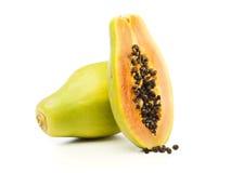 Totalité et demi de fruit de papaye   Images libres de droits