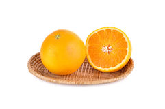 Totalité et demi orange de coupe dans le panier sur le blanc Photo stock