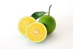 Totalité et demi oranges douces sur le fond blanc Photographie stock libre de droits