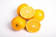 Totalité et demi oranges navales sur le blanc Images stock