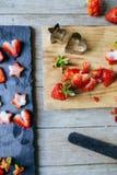 totalité et fraises coupées, avec le moule d'étoile et de coeur photo stock