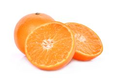 Totalité et moitié des mandarines d'isolement sur le blanc Images libres de droits