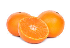 Totalité et moitié des mandarines d'isolement sur le blanc Photo libre de droits