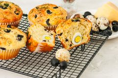 Totalité et tranches de petits pains savoureux avec des olives et des herbes sur WI Image stock