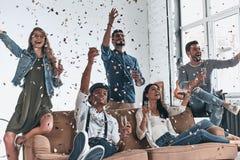 Totalt bekymmerslöst Grupp av lyckliga ungdomari dr för tillfälliga kläder royaltyfria bilder