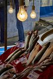 Tote Fische des Fischmarktes mit Birnenlichtern lizenzfreies stockfoto