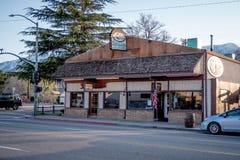 Totem-Café in der einzigen Kiefer - EINZIGE KIEFER CA, USA - 29. MÄRZ 2019 lizenzfreie stockfotografie