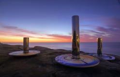 Totem de côte à la sculpture par la mer Photo stock