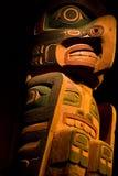 Totem en bois découpé coloré image stock
