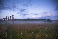Totem i byn av gamla troenden i den ryska vildmarken i nattetid Royaltyfri Bild