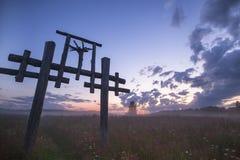 Totem im Dorf des Altgläubigen im russischen Hinterland in der Nachtzeit Lizenzfreie Stockfotos