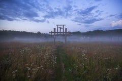 Totem nel villaggio dei credenti anziani nell'entroterra russa nella notte Fotografie Stock
