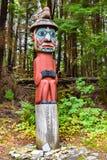Totem palo d'uso del cappello dell'orso dell'uomo al parco storico dello stato dell'ansa del totem, Alaska immagine stock