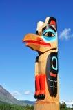 Totem palo dell'aquila contro un cielo blu immagini stock libere da diritti