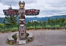 Totem Pole oben des Berges mit Ansicht Lizenzfreies Stockfoto