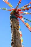 Totem Pole und Gebet-Markierungsfahnen Lizenzfreies Stockfoto