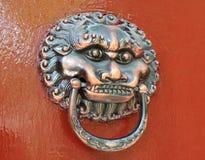 Totem sur la trappe de la maison traditionnelle chinoise Photographie stock libre de droits