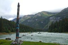 Totem tlingit sul fiume di Chilkoot, vicino a Haines, AK Immagine Stock Libera da Diritti