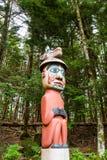 Totem variopinto in foresta Fotografie Stock Libere da Diritti
