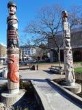 Totempålar i den hundraårs- fyrkanten i Victoria, Kanada royaltyfria bilder