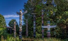 Totempålar i Stanley Park i Vancouver F. KR. arkivfoto