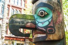 Totempålar på banbrytarefyrkanten, Seattle, WA arkivfoto